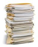 Pila de ficheros en las carpetas aisladas en blanco Foto de archivo libre de regalías