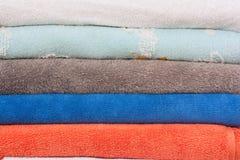 Pila de fondo de las toallas del color Imagenes de archivo