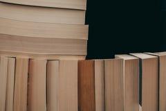 Pila de fondo de los libros viejos Muchos libros en una pila Libros en fondo del vintage Imagenes de archivo
