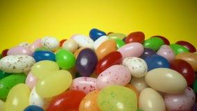 Pila de fondo de masticaci?n colorido delicioso de los caramelos Dulces coloridos en fondo amarillo metrajes