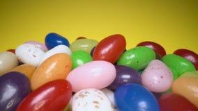 Pila de fondo de masticaci?n colorido delicioso de los caramelos Dulces coloridos en fondo amarillo almacen de metraje de vídeo