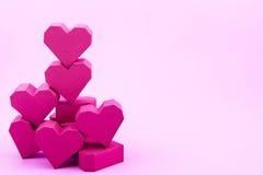 Pila de forma roja del corazón de la caja de papel en fondo rosado con la copia Fotos de archivo libres de regalías