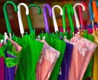 Pila de fotografía colorida de los paraguas Foto de archivo
