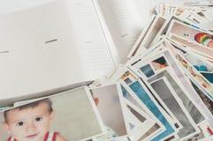 Pila de fotografías impresas que mienten en desorden fotografía de archivo libre de regalías