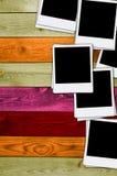 Pila de fotos en blanco en el fondo de madera Imagenes de archivo