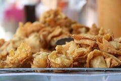 Pila de Fried Crispy Chinese Dumplings en la parrilla fotos de archivo