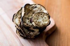 Pila de Fried Eggplant en superficie de madera imagen de archivo libre de regalías