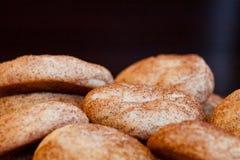 Pila de galletas cocidas frescas deliciosas fotografía de archivo libre de regalías