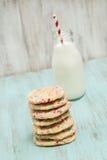 Pila de galletas coloridas del confeti con leche imagenes de archivo