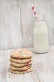 Pila de galletas coloridas del confeti con leche imágenes de archivo libres de regalías