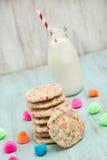 Pila de galletas coloridas del confeti del cumpleaños con leche fotos de archivo libres de regalías