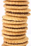 Pila de galletas con el relleno del chocolate Foto de archivo