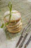 Pila de galletas de azúcar del limón implicadas con la cuerda y las ramas secadas, fondo borroso Imagen de archivo