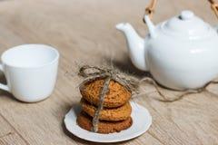 Pila de galletas de la avena en la tabla Fotografía de archivo libre de regalías