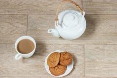 Pila de galletas de la avena en la tabla Imágenes de archivo libres de regalías