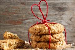 Pila de galletas de la avena para el día del ` s de la tarjeta del día de San Valentín Fotografía de archivo