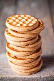 Pila de galletas de la miel fotos de archivo