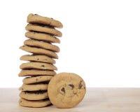 Pila de 12 galletas de microprocesador de chocolate con una galleta al lado de ella Fotografía de archivo