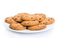 Pila de galletas de viruta de chocolate en un plato Imagenes de archivo