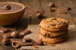 Pila de galletas del chocolate con los ingredientes Imagen de archivo libre de regalías