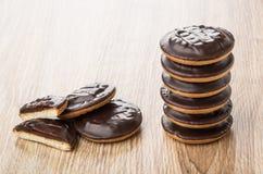 Pila de galletas del chocolate con rellenado en la tabla Foto de archivo