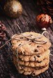 Pila de galletas en un vector de madera Dulces de la Navidad Imagen de archivo libre de regalías