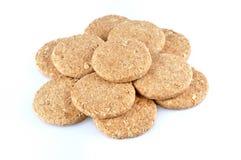 Pila de galletas enteras del grano aisladas en el fondo blanco Fotografía de archivo
