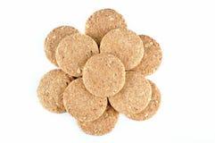 Pila de galletas enteras del grano aisladas en el fondo blanco Imagen de archivo libre de regalías