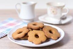 Pila de galletas hechas en casa en una placa blanca Foto de archivo libre de regalías