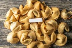 Pila de galletas de la suerte con el papel en blanco fotos de archivo libres de regalías