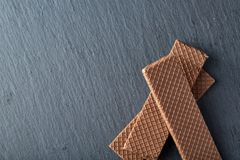 Pila de galletas de microprocesador de chocolate en fondo de madera Las galletas de microprocesador de chocolate apiladas tiraron Imagen de archivo libre de regalías