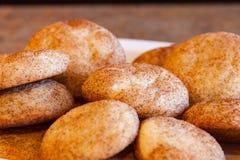 Pila de galletas recientemente cocidas de Snickerdoodle en la placa blanca fotografía de archivo libre de regalías