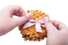 Pila de galletas redondas en el fondo blanco con la cinta rosada Imágenes de archivo libres de regalías