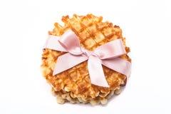 Pila de galletas redondas en el fondo blanco con la cinta rosada Imagenes de archivo