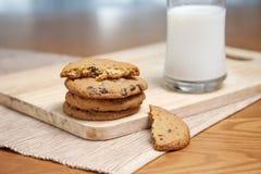 Pila de galletas y de leche imagenes de archivo