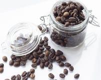 Pila de grano de café aislada en un fondo blanco Imagenes de archivo