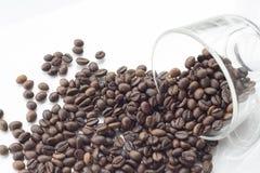 Pila de grano de café aislada en un fondo blanco Foto de archivo