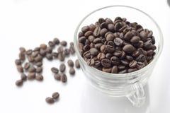 Pila de grano de café aislada en un fondo blanco Fotografía de archivo