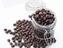 Pila de grano de café aislada en un fondo blanco Imagen de archivo libre de regalías