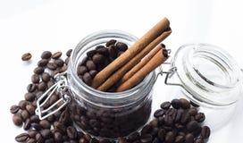 Pila de grano de café aislada en un fondo blanco Fotos de archivo