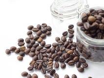 Pila de grano de café en un fondo blanco Foto de archivo libre de regalías