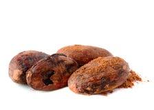 Pila de granos de cacao aislados en blanco Imagen de archivo libre de regalías