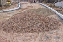 Pila de grava machacada en sitio de la construcción de carreteras Foto de archivo libre de regalías