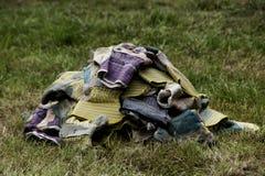 Pila de guantes que cultivan un huerto en la hierba Imagen de archivo libre de regalías