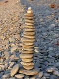 Pila de guijarros dejados por los viajeros de la playa Imagen de archivo libre de regalías