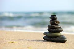 Pila de guijarros del mar en la playa fotos de archivo