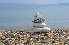 Pila de guijarros en la playa Imágenes de archivo libres de regalías