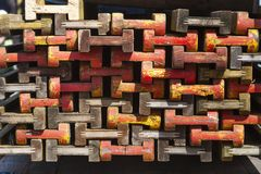 Pila de haces de madera coloridos Fotos de archivo