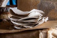 Pila de hojas de papel en un molino de papel antiguo Tradicional viejo Fotos de archivo