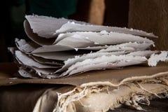 Pila de hojas de papel en un molino de papel antiguo Tradicional viejo Imagenes de archivo